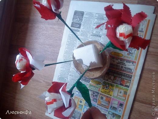 У подруги день рождения,сделала вазочку из папье- машье,вставила туда пенопласт,залила гипсом,сделала букетик из рафаэлок на шпажках с цветочками из гофрированной бумаги фото 2