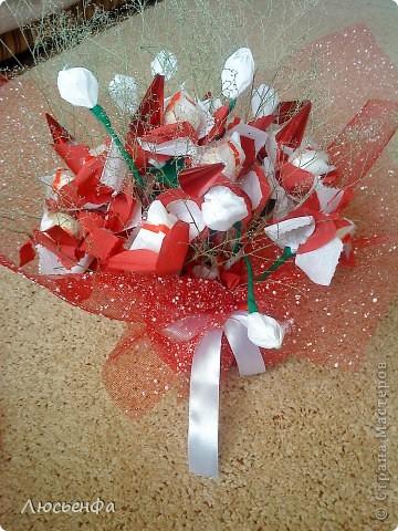 У подруги день рождения,сделала вазочку из папье- машье,вставила туда пенопласт,залила гипсом,сделала букетик из рафаэлок на шпажках с цветочками из гофрированной бумаги фото 1
