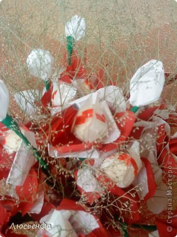 У подруги день рождения,сделала вазочку из папье- машье,вставила туда пенопласт,залила гипсом,сделала букетик из рафаэлок на шпажках с цветочками из гофрированной бумаги фото 3