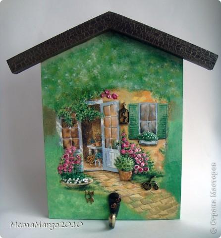 Ключница. Основа МДФ, салфетка, подрисовка акрилом, на крыше кракелюр Креал Кракле. Розочки сделаны с помощью модерующего геля. На окнах 3D-гель фото 1