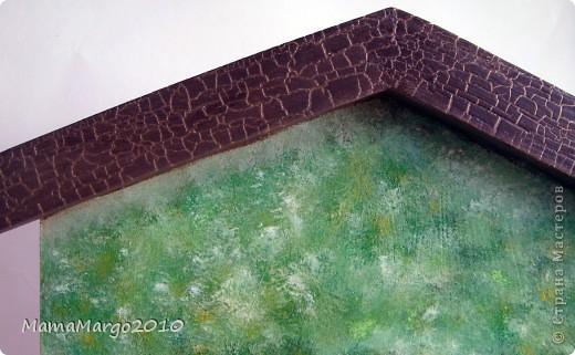 Ключница. Основа МДФ, салфетка, подрисовка акрилом, на крыше кракелюр Креал Кракле. Розочки сделаны с помощью модерующего геля. На окнах 3D-гель фото 3