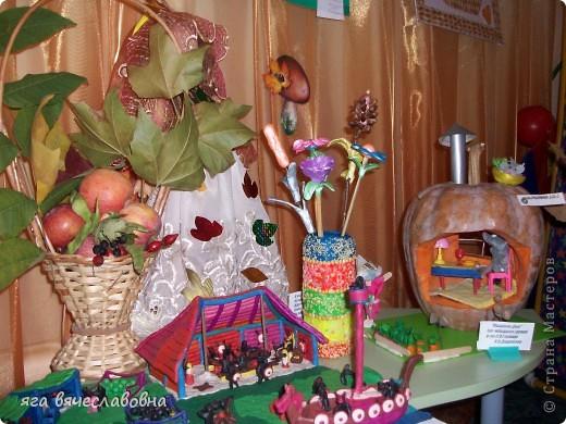 мышкин дом -понятно что тыква,ваза и цветы в ней-пластилин.А на переднем плане-праздник осени в деревне древних викингов,так же пластилин.