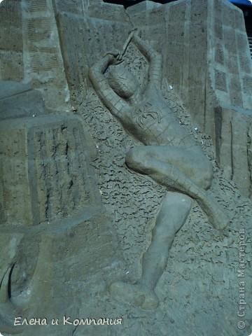 Отдыхая на Черноморском побережье, забрели вместе с сыном на небольшую выставку скульптур из песка. В основном это были герои сказок. Фигуры показались гладкими, как бы глянцевыми. Руками, правда, их трогать не разрешалось, но на вид показались именно такими.  Как выяснилось, их поливают специальным водоотталкивающим раствором, поэтому они достаточно долго сохраняют свой первоначальный вид, не трескаются и не разрушаются от ветра и сырости.  фото 6