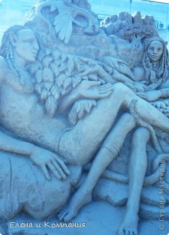 Отдыхая на Черноморском побережье, забрели вместе с сыном на небольшую выставку скульптур из песка. В основном это были герои сказок. Фигуры показались гладкими, как бы глянцевыми. Руками, правда, их трогать не разрешалось, но на вид показались именно такими.  Как выяснилось, их поливают специальным водоотталкивающим раствором, поэтому они достаточно долго сохраняют свой первоначальный вид, не трескаются и не разрушаются от ветра и сырости.  фото 13