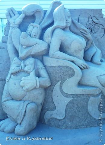 Отдыхая на Черноморском побережье, забрели вместе с сыном на небольшую выставку скульптур из песка. В основном это были герои сказок. Фигуры показались гладкими, как бы глянцевыми. Руками, правда, их трогать не разрешалось, но на вид показались именно такими.  Как выяснилось, их поливают специальным водоотталкивающим раствором, поэтому они достаточно долго сохраняют свой первоначальный вид, не трескаются и не разрушаются от ветра и сырости.  фото 8