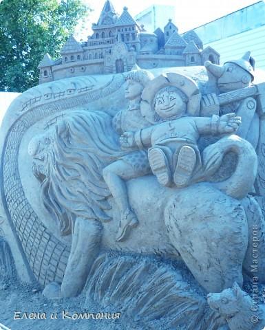 Отдыхая на Черноморском побережье, забрели вместе с сыном на небольшую выставку скульптур из песка. В основном это были герои сказок. Фигуры показались гладкими, как бы глянцевыми. Руками, правда, их трогать не разрешалось, но на вид показались именно такими.  Как выяснилось, их поливают специальным водоотталкивающим раствором, поэтому они достаточно долго сохраняют свой первоначальный вид, не трескаются и не разрушаются от ветра и сырости.  фото 9