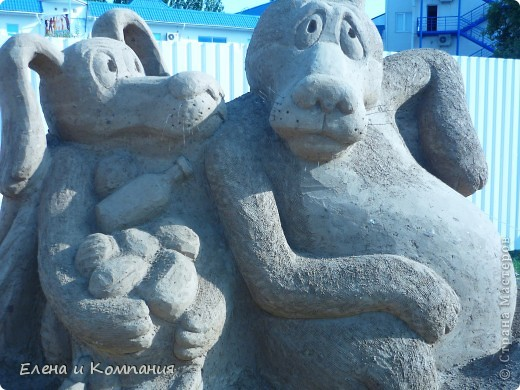Отдыхая на Черноморском побережье, забрели вместе с сыном на небольшую выставку скульптур из песка. В основном это были герои сказок. Фигуры показались гладкими, как бы глянцевыми. Руками, правда, их трогать не разрешалось, но на вид показались именно такими.  Как выяснилось, их поливают специальным водоотталкивающим раствором, поэтому они достаточно долго сохраняют свой первоначальный вид, не трескаются и не разрушаются от ветра и сырости.  фото 10
