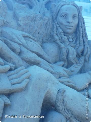Отдыхая на Черноморском побережье, забрели вместе с сыном на небольшую выставку скульптур из песка. В основном это были герои сказок. Фигуры показались гладкими, как бы глянцевыми. Руками, правда, их трогать не разрешалось, но на вид показались именно такими.  Как выяснилось, их поливают специальным водоотталкивающим раствором, поэтому они достаточно долго сохраняют свой первоначальный вид, не трескаются и не разрушаются от ветра и сырости.  фото 11