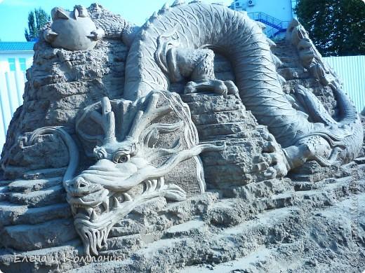 Отдыхая на Черноморском побережье, забрели вместе с сыном на небольшую выставку скульптур из песка. В основном это были герои сказок. Фигуры показались гладкими, как бы глянцевыми. Руками, правда, их трогать не разрешалось, но на вид показались именно такими.  Как выяснилось, их поливают специальным водоотталкивающим раствором, поэтому они достаточно долго сохраняют свой первоначальный вид, не трескаются и не разрушаются от ветра и сырости.  фото 2