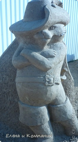 Отдыхая на Черноморском побережье, забрели вместе с сыном на небольшую выставку скульптур из песка. В основном это были герои сказок. Фигуры показались гладкими, как бы глянцевыми. Руками, правда, их трогать не разрешалось, но на вид показались именно такими.  Как выяснилось, их поливают специальным водоотталкивающим раствором, поэтому они достаточно долго сохраняют свой первоначальный вид, не трескаются и не разрушаются от ветра и сырости.  фото 18