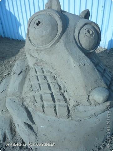 Отдыхая на Черноморском побережье, забрели вместе с сыном на небольшую выставку скульптур из песка. В основном это были герои сказок. Фигуры показались гладкими, как бы глянцевыми. Руками, правда, их трогать не разрешалось, но на вид показались именно такими.  Как выяснилось, их поливают специальным водоотталкивающим раствором, поэтому они достаточно долго сохраняют свой первоначальный вид, не трескаются и не разрушаются от ветра и сырости.  фото 4