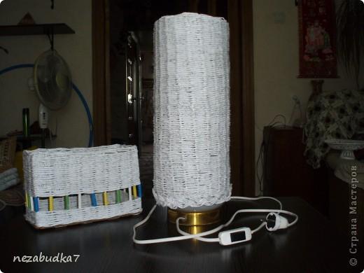Старую настольную лампочку решила обновить. Думала-гадала и вот что придумала. А рядом коробочка , в нет я храню баночки со специями на кухне.