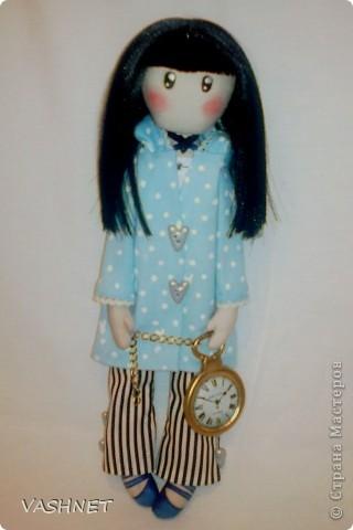 Несколько дней назад мне посчастливилось отсчитать начало СП куклы по мотивам иллюстраций Сюзанн Вулкотт. Представляю Вам своего Белого кролика Джин. Почему белого кролика? Так в оригинале называется эта работа автора.  Сразу прошу прощения за фотосъемку, ибо имею в арсенале только фотокамеру телефона, но, думаю, скоро смогу позволить себе достойную фотосессию. А пока делюсь с вами не фотографиями, а исключительно эмоциями!.... фото 2