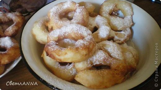 захотелось мне безумно  вредной пищи и решила попробовать пончики сделать, нашла у мамы в закромах рецептик и получилось очень вкусно фото 1
