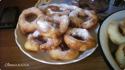 захотелось мне безумно  вредной пищи и решила попробовать пончики сделать, нашла у мамы в закромах рецептик и получилось очень вкусно фото 2