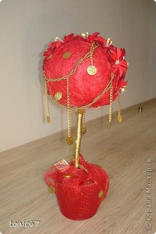 Денежное дерево какое-то не стандартное получилось. Клиентка хотела именно красное, с монетками, но и с цветами. А вышло, ну чистое цыганское.  фото 4