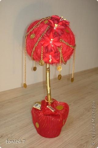 Денежное дерево какое-то не стандартное получилось. Клиентка хотела именно красное, с монетками, но и с цветами. А вышло, ну чистое цыганское.  фото 2