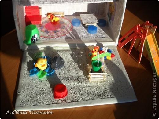 Домик из почтовой коробки, обклеен обоями и малярным скотчем. фото 4