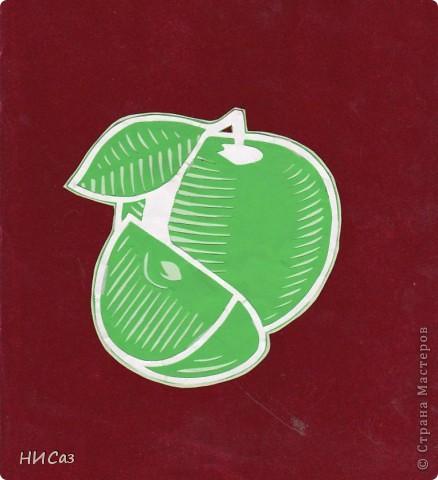 Е. Еслина  Ирина Николаевна сегодня весела - Нам яблоки красивые на полдник раздала. Мы все хрустели громко, Не ел лишь только Ромка. Он яблоко красивое держал в своей руке, Размачивал печенье он в теплом молоке - Три зуба сразу выпали еще позавчера, А яблоко красивое съест старшая сестра.  фото 1