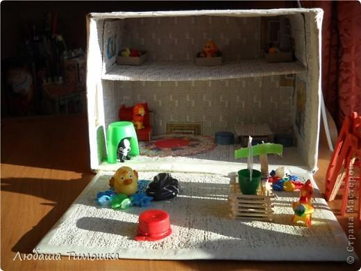 Домик из почтовой коробки, обклеен обоями и малярным скотчем. фото 2