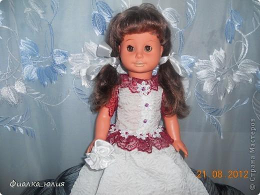 Эта кукла моей сестры двоюродной (кукле уже более 30 лет). Она еще ее маме принадлежала, которой к сожалению уже нет в  живых. Кукла дорога сестре, но наряд уже оставлял желать лучшего. я как всегда забыла сфоткать фото ДО. Но для меня важно было не это. Вроде как сделала сестре приятное. Надеюсь ей понравится новый наряд ее куклы. Платье шилось из свадебного платья моей тетушки... Поэтому вроде как символично кукла и платье...Они всегда напоминают о маме сестре...  Как думаете понравится  наряд сестре? фото 1