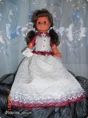 Эта кукла моей сестры двоюродной (кукле уже более 30 лет). Она еще ее маме принадлежала, которой к сожалению уже нет в  живых. Кукла дорога сестре, но наряд уже оставлял желать лучшего. я как всегда забыла сфоткать фото ДО. Но для меня важно было не это. Вроде как сделала сестре приятное. Надеюсь ей понравится новый наряд ее куклы. Платье шилось из свадебного платья моей тетушки... Поэтому вроде как символично кукла и платье...Они всегда напоминают о маме сестре...  Как думаете понравится  наряд сестре? фото 2