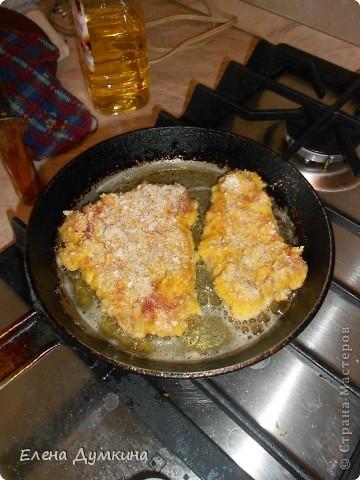 очень вкусно.....муж до сих пор облизывается)))нам понадобится:хороший кусок мяса,у меня говядина, соль,перец,приправы,молоко,яйца по количеству мяса,мука,панировочные сухари,растительное масло для жарки фото 4