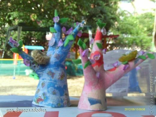 конусы из картона обклеяны рваными бумажными салфетками.декорированы листьями из фетра,гнездами из пеньковой веревки и цветами из бумаги