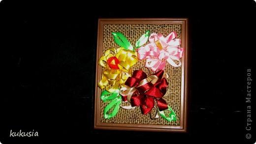 Это самая последняя и самая сложная моя работа . Фон - акрил , вышивка лентами , цветочки на перилах , кувшинки и листья из холодного фарфора , камушки - натуральные .  фото 3