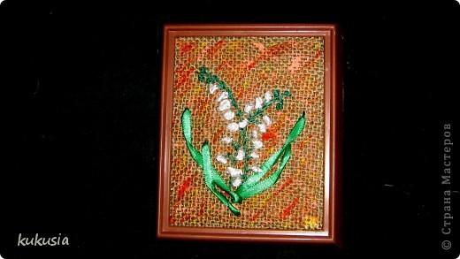 Это самая последняя и самая сложная моя работа . Фон - акрил , вышивка лентами , цветочки на перилах , кувшинки и листья из холодного фарфора , камушки - натуральные .  фото 4