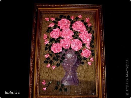 Это самая последняя и самая сложная моя работа . Фон - акрил , вышивка лентами , цветочки на перилах , кувшинки и листья из холодного фарфора , камушки - натуральные .  фото 5