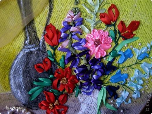 Это самая последняя и самая сложная моя работа . Фон - акрил , вышивка лентами , цветочки на перилах , кувшинки и листья из холодного фарфора , камушки - натуральные .  фото 8