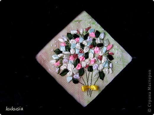 Это самая последняя и самая сложная моя работа . Фон - акрил , вышивка лентами , цветочки на перилах , кувшинки и листья из холодного фарфора , камушки - натуральные .  фото 9