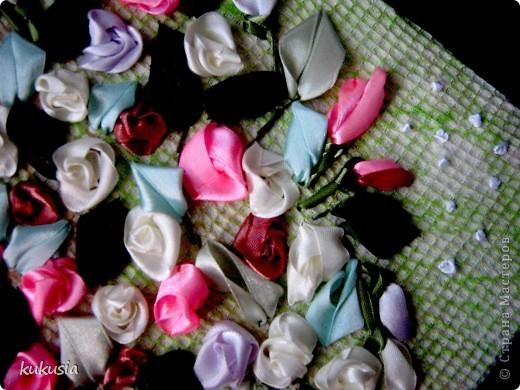 Это самая последняя и самая сложная моя работа . Фон - акрил , вышивка лентами , цветочки на перилах , кувшинки и листья из холодного фарфора , камушки - натуральные .  фото 10