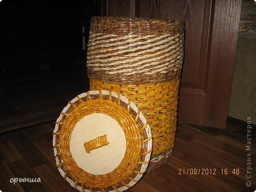 Здравствуйте,дорогие мастера и мастерицы!Вот и я решилась показать свои плетушки.Первая была ваза напольная(в блоге),которую я плела наспех ,насмотревшись замечательных работ в СМ.Это вторая проба. Сплела я его полмесяца назад,но показать не решалась. фото 2