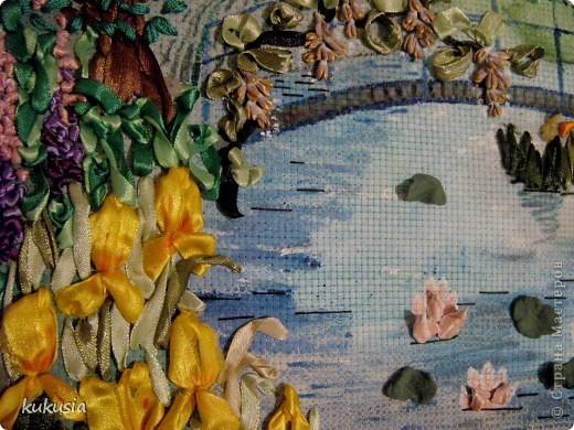 Это самая последняя и самая сложная моя работа . Фон - акрил , вышивка лентами , цветочки на перилах , кувшинки и листья из холодного фарфора , камушки - натуральные .  фото 2