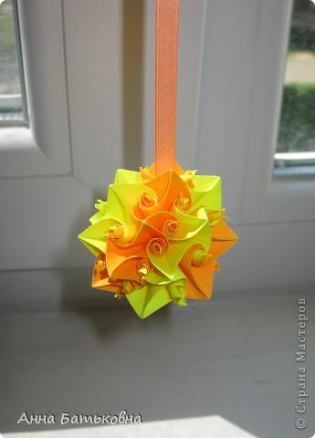 Муравьиный лев. Спасибо за МК http://stranamasterov.ru/node/170928 и http://stranamasterov.ru/node/144680?c=favorite. 90 модулей. 4х8 см. Диаметр готовой кусудамы 10 см. Для такой расцветки нужно 60 желтых и 30 оранжевых деталей. фото 2