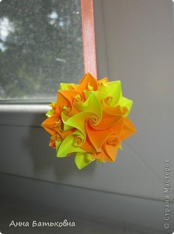 Муравьиный лев. Спасибо за МК http://stranamasterov.ru/node/170928 и http://stranamasterov.ru/node/144680?c=favorite. 90 модулей. 4х8 см. Диаметр готовой кусудамы 10 см. Для такой расцветки нужно 60 желтых и 30 оранжевых деталей. фото 4