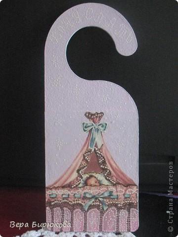 Вот такой подарок, я сделала, моей подруге в честь рождения  у неё прекрасной малышки!!!! Идею подсмотрела где-то в интернете, это табличка на дверь)))) фото 2