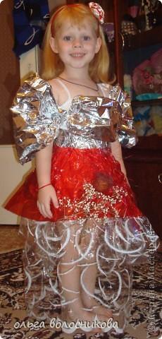 Платье из упаковки от цветов,застежка на лепучке и немного цветав,последняя примерка дома. фото 1