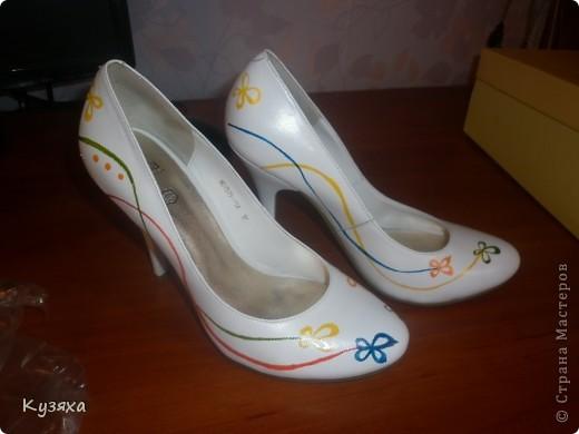Год назад моя подружка выходила замуж в белых туфлях, но не пропадать же добру, заказали мы краску для кожи и нарисовали вот таких бабочек, а может быть цветочки, даже сами не знаем фото 3