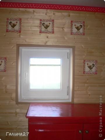 достроили на даче прихожую обили вагонкой я решила как то украсить потолочный плинтус покрасила в красный цвет в белый горох а стены обклеила салфетками с петушками да и комод заодно выкрасила в красный цвет и вот что получилось