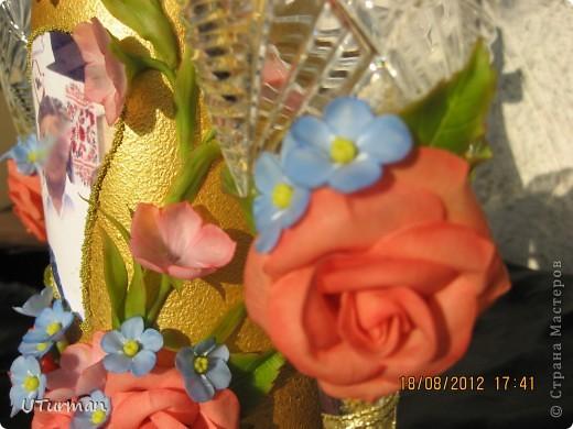 Спасибо Стране и Мастерицам,которые помогли советом!Без Вас ничего этого не было бы! Это мой первый набор-подарок на золотую свадьбу.Бутылочка ,правда,вторая-первая была покрашена из баллончика,но на ней оставались отпечатки,поэтому вторую покрасила акрилом.Заказчица довольна,теперь осталось узнать реакцию юбиляров (получат подарок 25 августа).А пока отдаю на Ваш суд свою работу ,жду с нетерпением критику и отзывы. фото 3
