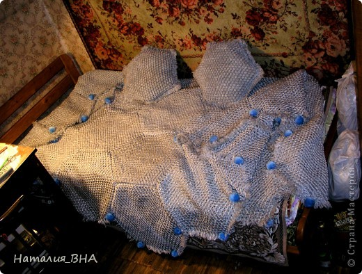 Подарок на день рождения. Покрывало на большую двухспальную кровать. Сделано из 37 шестигранных салфеток. К сожалению, фото на большой кровати нет. А еще к этому покрывалу сделаны 2 подушки. фото 3