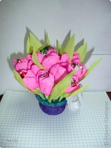 Маленький букетик на день рождение. Цветочки вставлены в основу с пластилином ) и обсыпан блестками на клей ПВА фото 1
