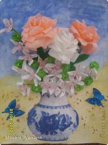 Здравствуйте Страна Мастеров! У меня  собрался вот- такой букетик, формат картины 30см  на  40см. Розы делала из гофрированной бумаги, лепестки рисовала от руки и вырезала. Беленькие  цветочки делала по МК Галины ( guzhvik ) Спасибо большое! Впервые  попробовала  сделать  бабочек  в  тех. бумагопластика. фото 1