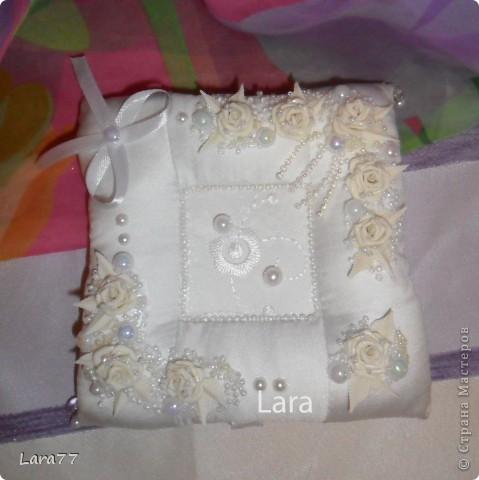 Представляю вам еще несколько свадебных подушечек. Очень хотелось внести хоть какое то разнообразие в декор,не отходя от классических светлых цветов. Вместо розового решила попробовать персиковый оттенок. фото 9