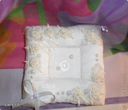 Представляю вам еще несколько свадебных подушечек. Очень хотелось внести хоть какое то разнообразие в декор,не отходя от классических светлых цветов. Вместо розового решила попробовать персиковый оттенок. фото 10