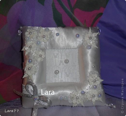 Представляю вам еще несколько свадебных подушечек. Очень хотелось внести хоть какое то разнообразие в декор,не отходя от классических светлых цветов. Вместо розового решила попробовать персиковый оттенок. фото 7