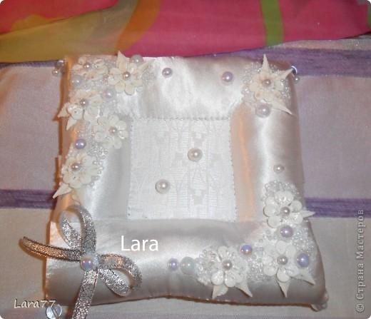 Представляю вам еще несколько свадебных подушечек. Очень хотелось внести хоть какое то разнообразие в декор,не отходя от классических светлых цветов. Вместо розового решила попробовать персиковый оттенок. фото 6